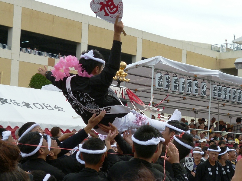 2013年岸和田だんじり祭り 春木地区 春木旭町パレード写真 青年団団長胴上げ